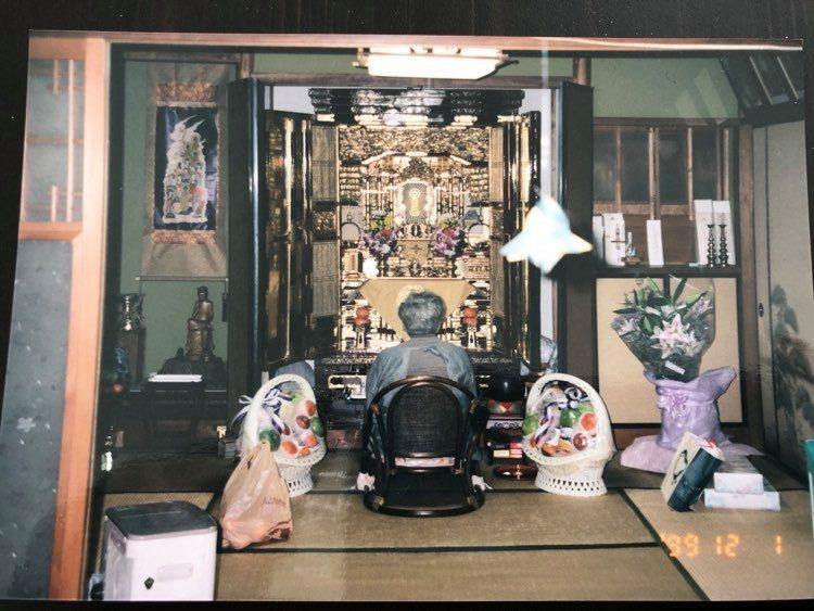 祖母、仏壇の前.jpg