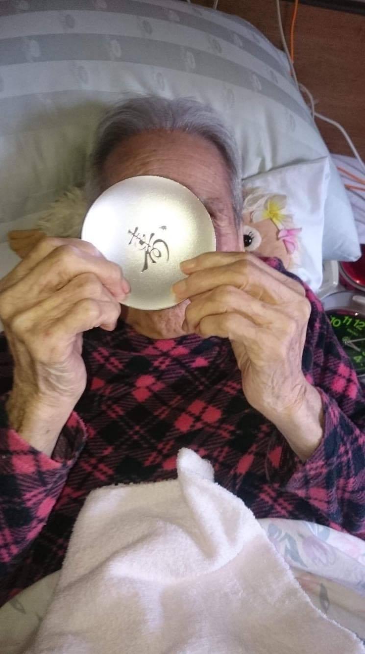 jpeg祖母と銀杯.jpg